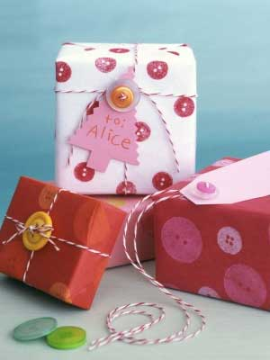 DIY-Christmas-Gift-Wrapping-Ideas-Button-Gift-Wrap-Creative-Gift-Wrapping-Ideas